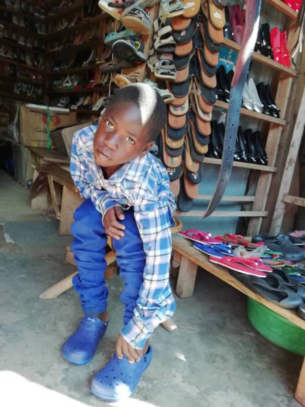 Kind beim Schuhe aussuchen