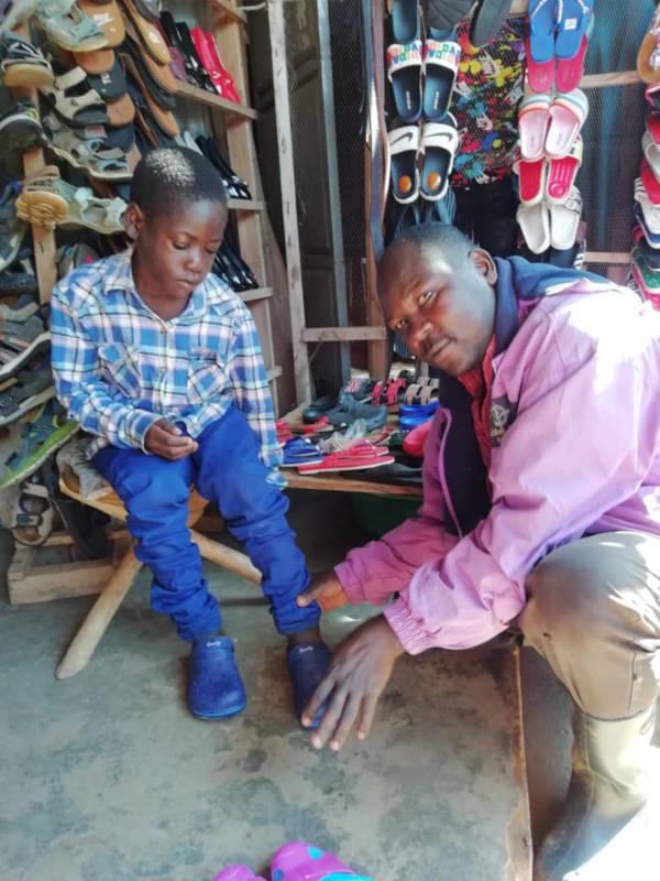 Kind bekommt Schuhe