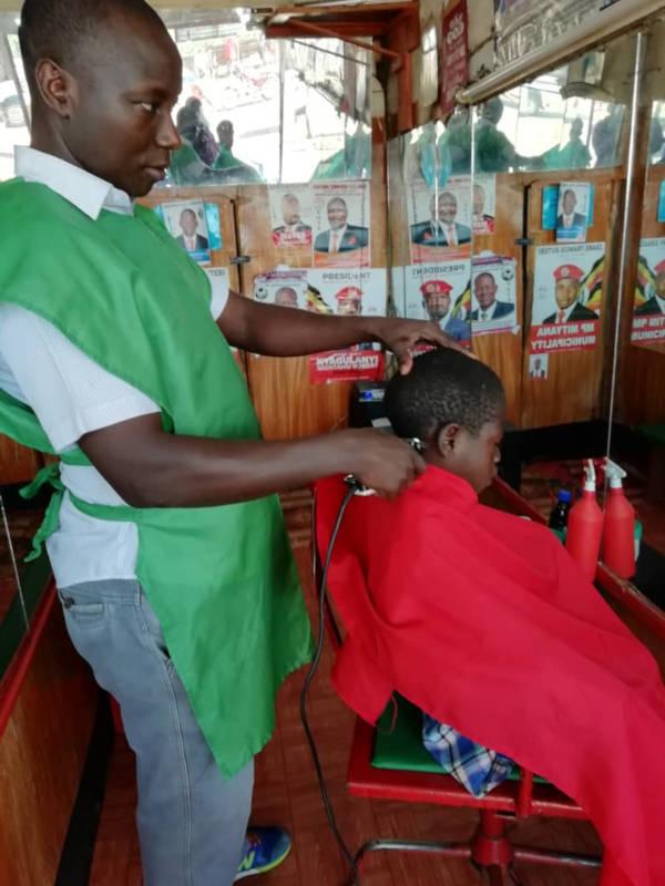 Junge beim Friseur