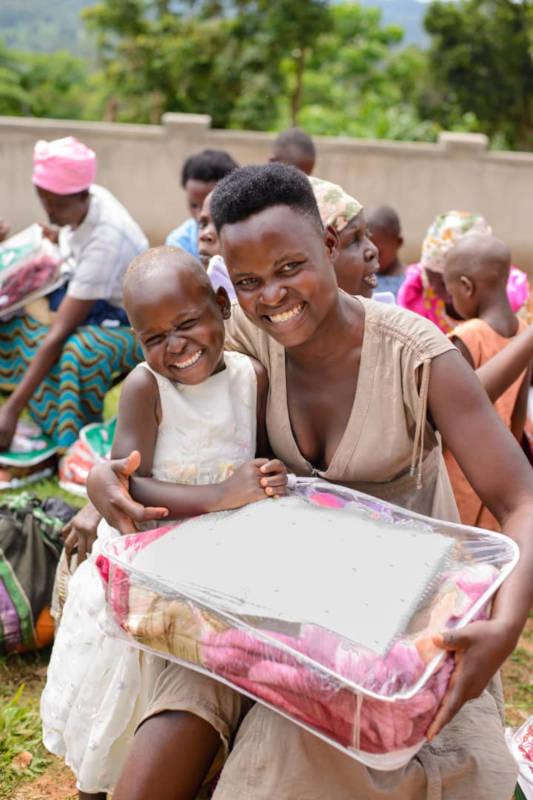 Maria und ihre Mama freuen sich sehr über die Spenden