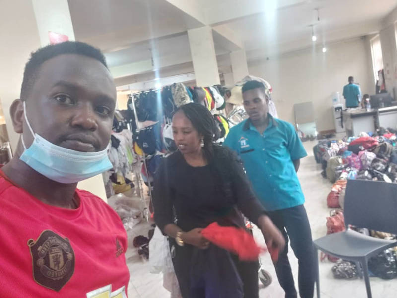 Benji unterstützt Faith beim Kleidungskauf