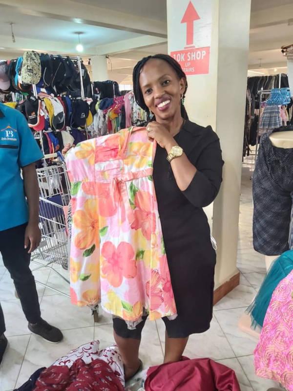 Faith sucht schöne und nützliche Kleidung aus