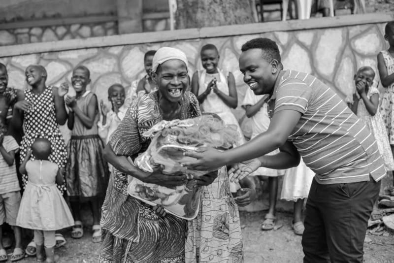 Übergabe der Spenden an die Familie