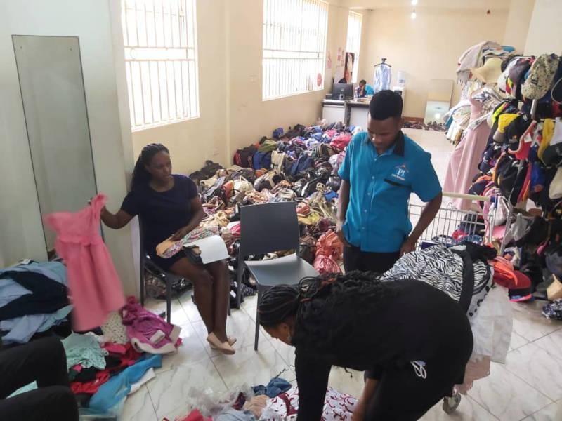 Wir suchen Kleidung für die Kinder aus