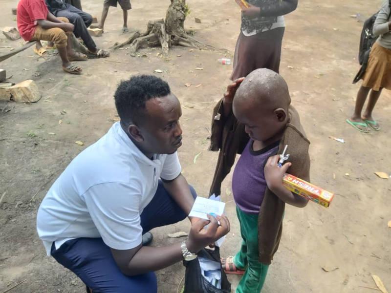 Benji übergibt Spenden