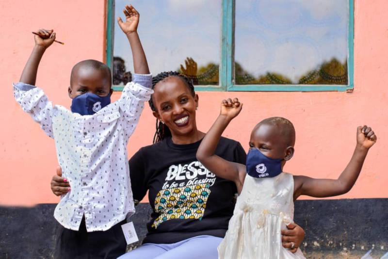Faith mit den Kindern und dem Mundschutz