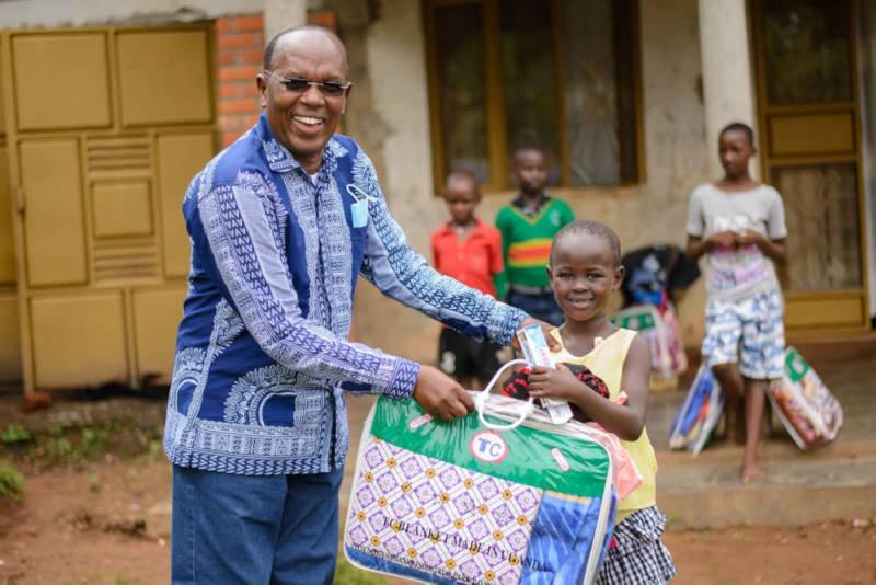 Papa und Tochter freuen sich über die Spende